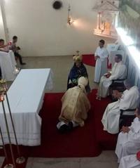 Dom-José-Antonio-reverenciando-a-santa-Aparecida200